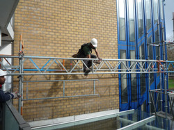 Montage tralieliggers boven glas.