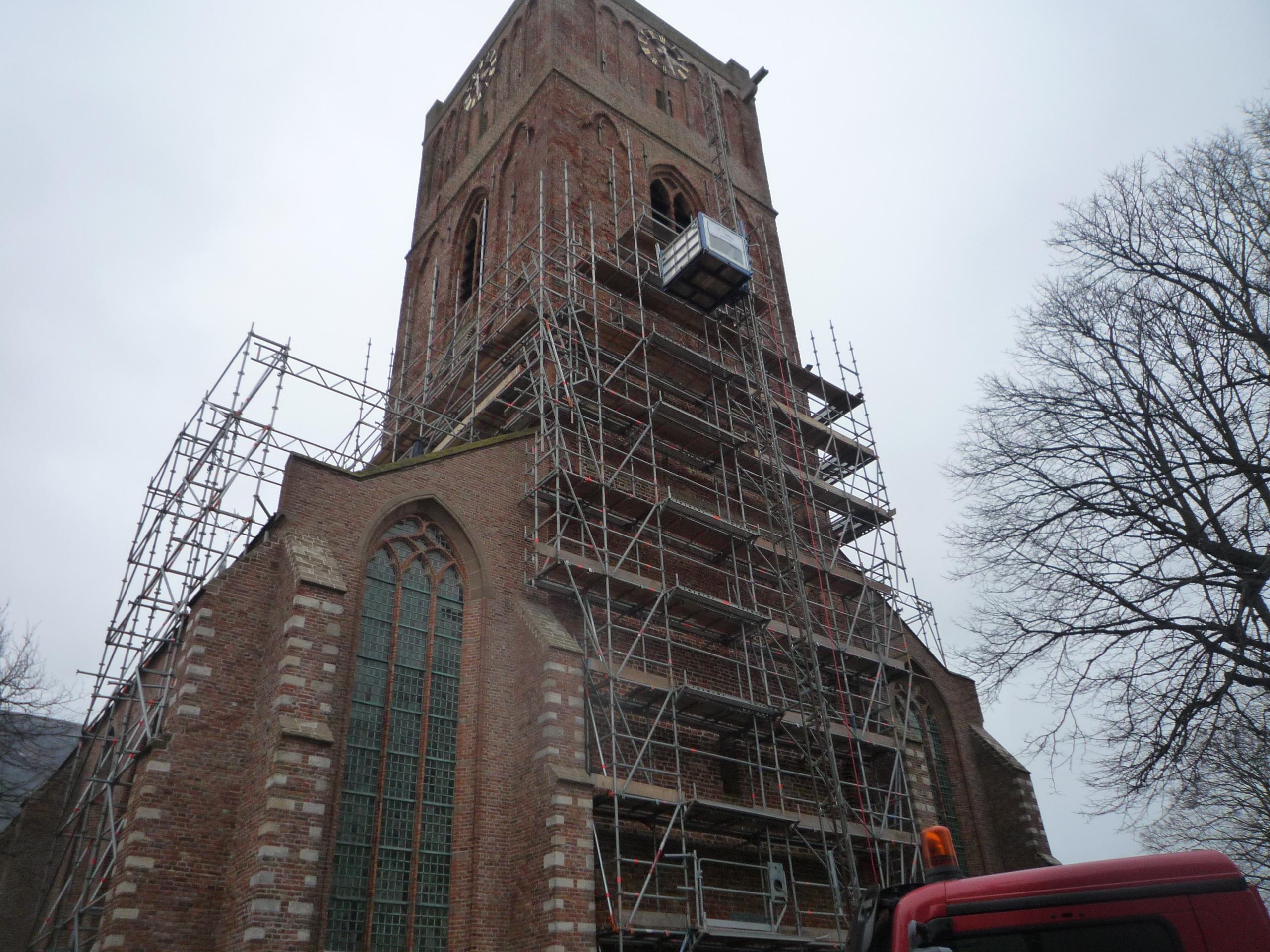 montage kerktoren met bouwlift
