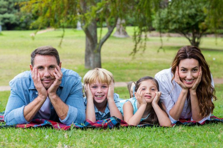 familia-feliz-parque-junto_13339-264513.