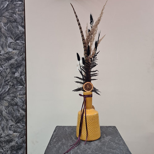 Curry-farbene Vase mit Dry Flowers