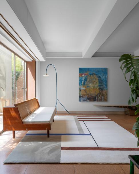 Stylish_living_room_with_large_rug.jpg