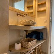 Bathroom in beton Ciré and custom furniture