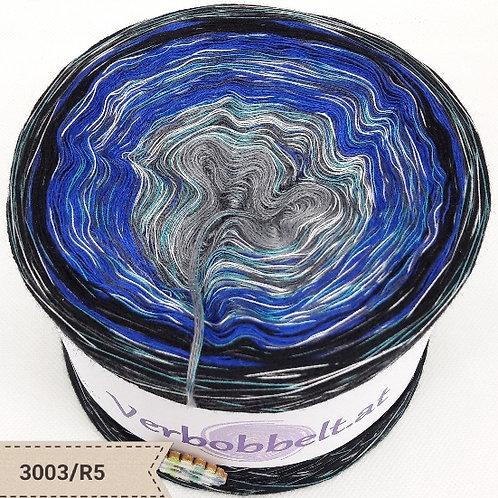 Klassischer Bobbel mit grau- blau- und schwarzen Farbtönen - jetzt mit Regenbogengarn als Beilauffaden