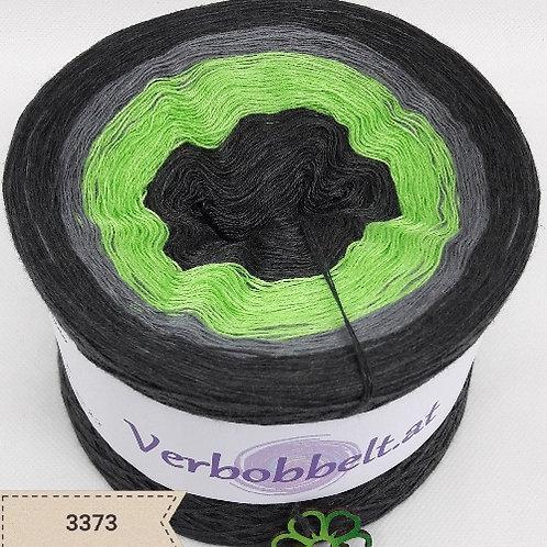 Bobbel mit grauen Farbtönen und einem frischen grünen Farbton, perfekt zum stricken eines Schals