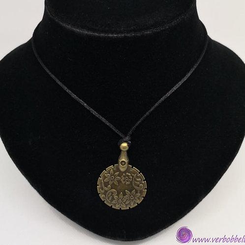 Modische Halskette mit Fadenschneider