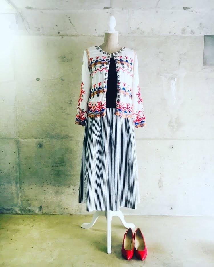 ジャケット刺繍ストライプスカート赤いパンプス