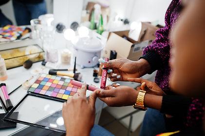 african-american-woman-applying-make-up-3VYXLMP.jpg