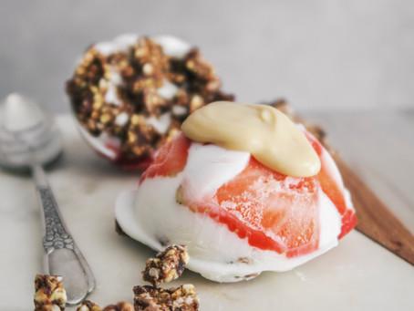 Dôme de fromage blanc glacé, fraises et granola @Lesfruitsdétendus