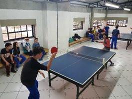Pai e filho promovem o tênis de mesa em escola municipal de Caxias do Sul