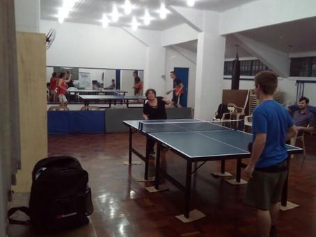 Tênis de mesa no ginásio Tesourinha