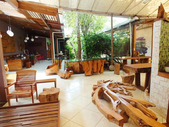 Ambiente com peças orgânicas e madeira de demolição