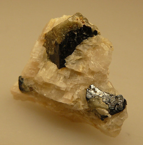 Corundum pseudo. after Spinel in Calcite
