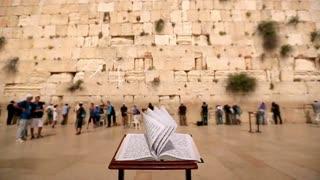SYMBOLES - La signification du Talith, le châle de prière Rendez-vous ce dimanche 04 Novembre à 9h15 sur France 2 #france2 #Alorigineberechit #stevesuissa #talith #chaledepriere #israel
