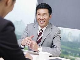 Photo d'homme d'affaires satisfait- Fond blanc et gris