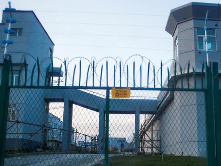 """Campos de concentração da China: Documento expõe """"Lavagem cerebral"""" em uigures."""