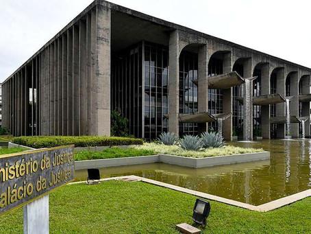 PF investiga carro que invadiu espelho d'água do Ministério da Justiça