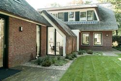 2_verbouwing_architect_rieten_dak_vertikale_gevel