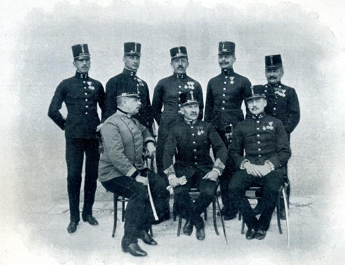 Lehrkörper Stehend in der Mitte: Oblt. Verderber, davor sitzend der Kommandant, Major Tenner