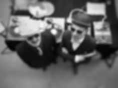 King James & sir Johnny devant leurs platines vinyles
