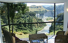 accommodation tree house bay window (lar