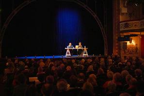 Sylvain Tesson sur la scène du Théâtre Marigny interviewé par Sara Yalda
