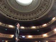Sara Yalda sur la scène du Théâtre Marigny
