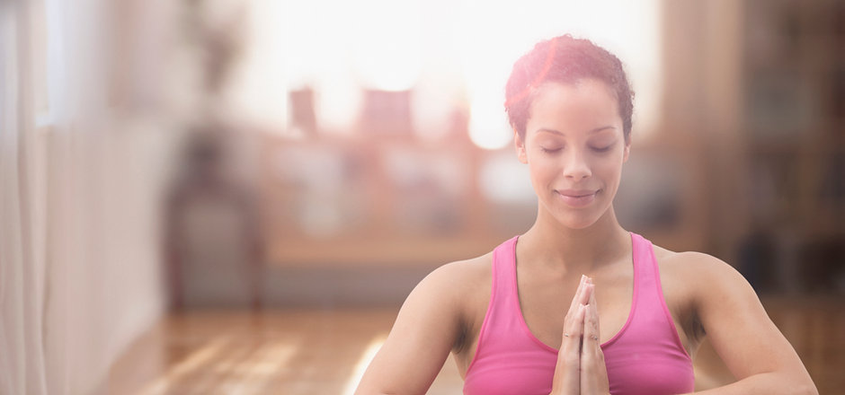 Schwangere Frau gemischte Rennen Meditat