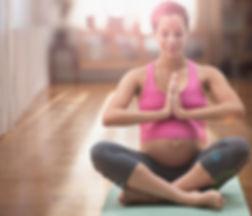 femme métisse enceinte méditer sur le yo