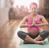 Embarazadas mujer de raza mixta meditand