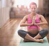 femme métisse enceinte méditer sur le yoga ma