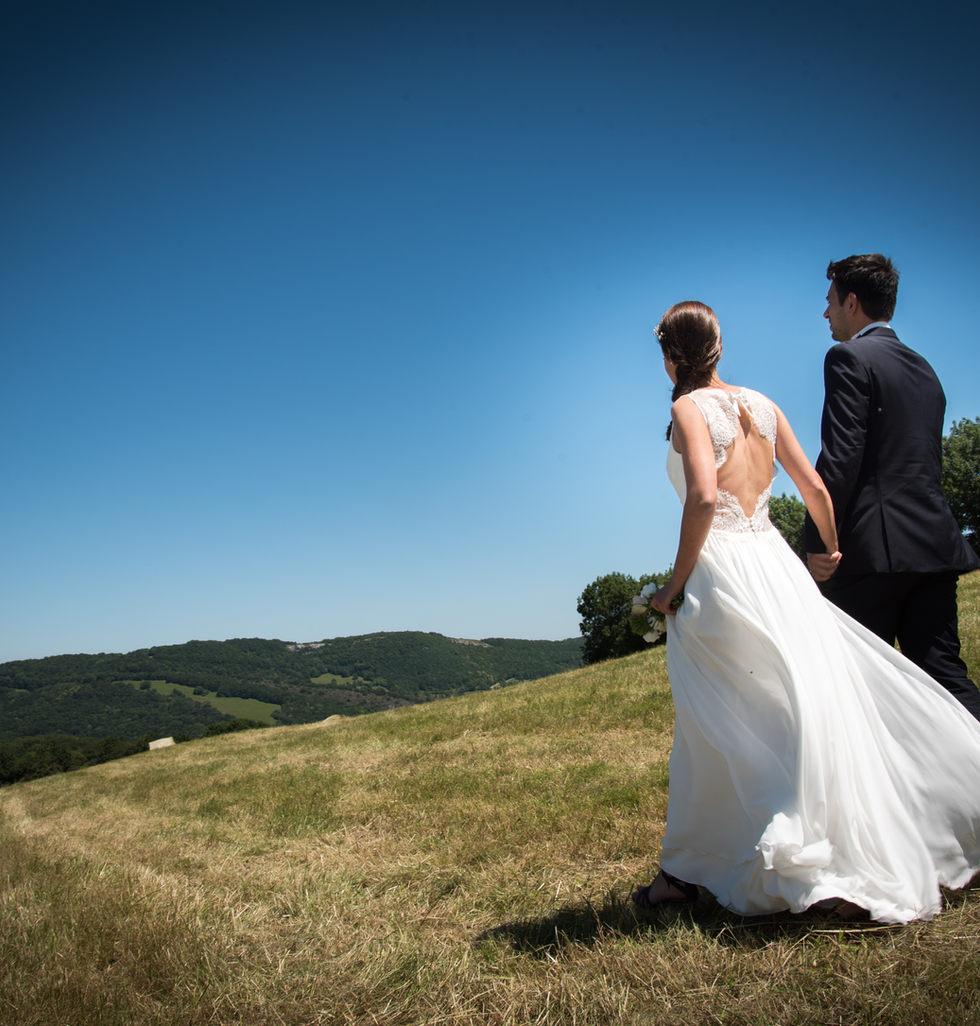 mariés marchent vers l'horizon