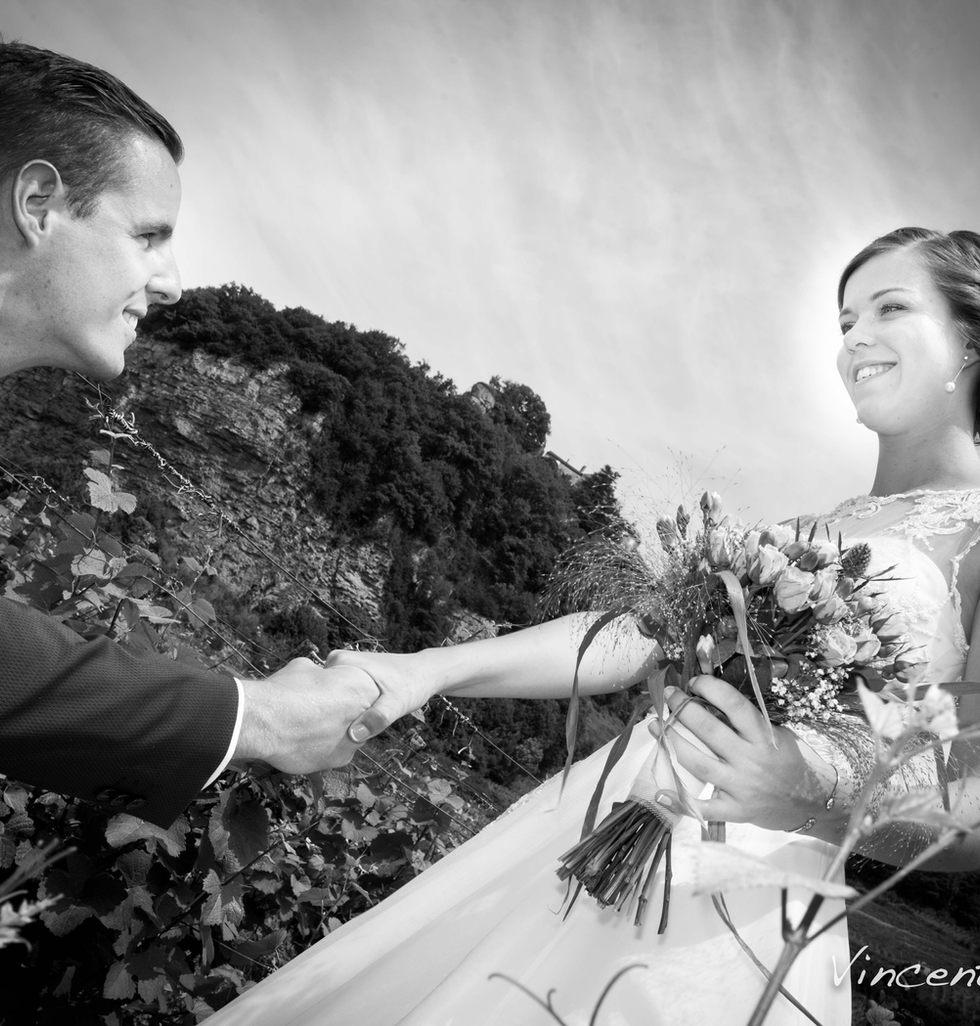 le marié prend la main