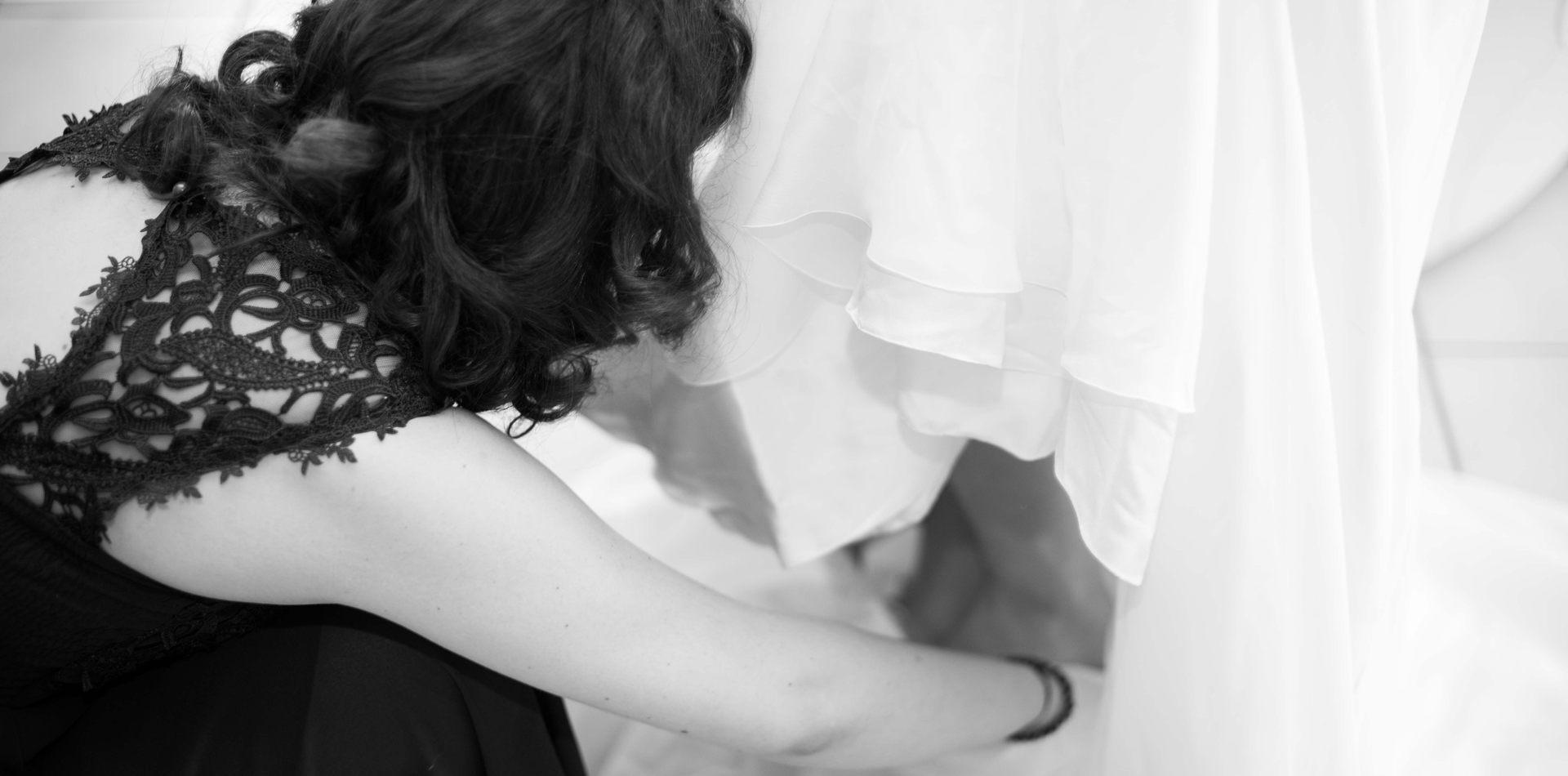 la robe de mariée : dernier détail : photo de mariage par Vincent Bidault