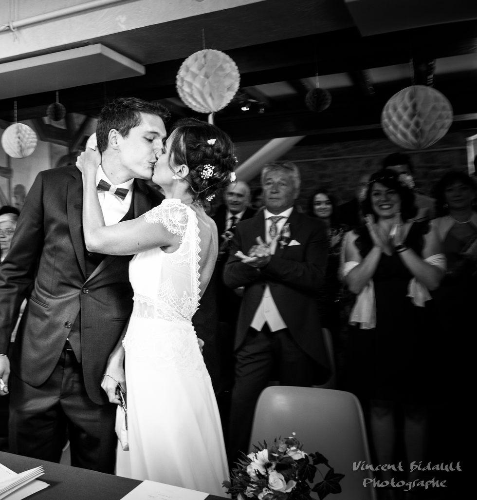 à la mairie : photo de mariage par Vincent Bidault