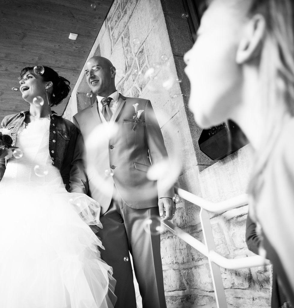 sortie de mairie pour les mariés