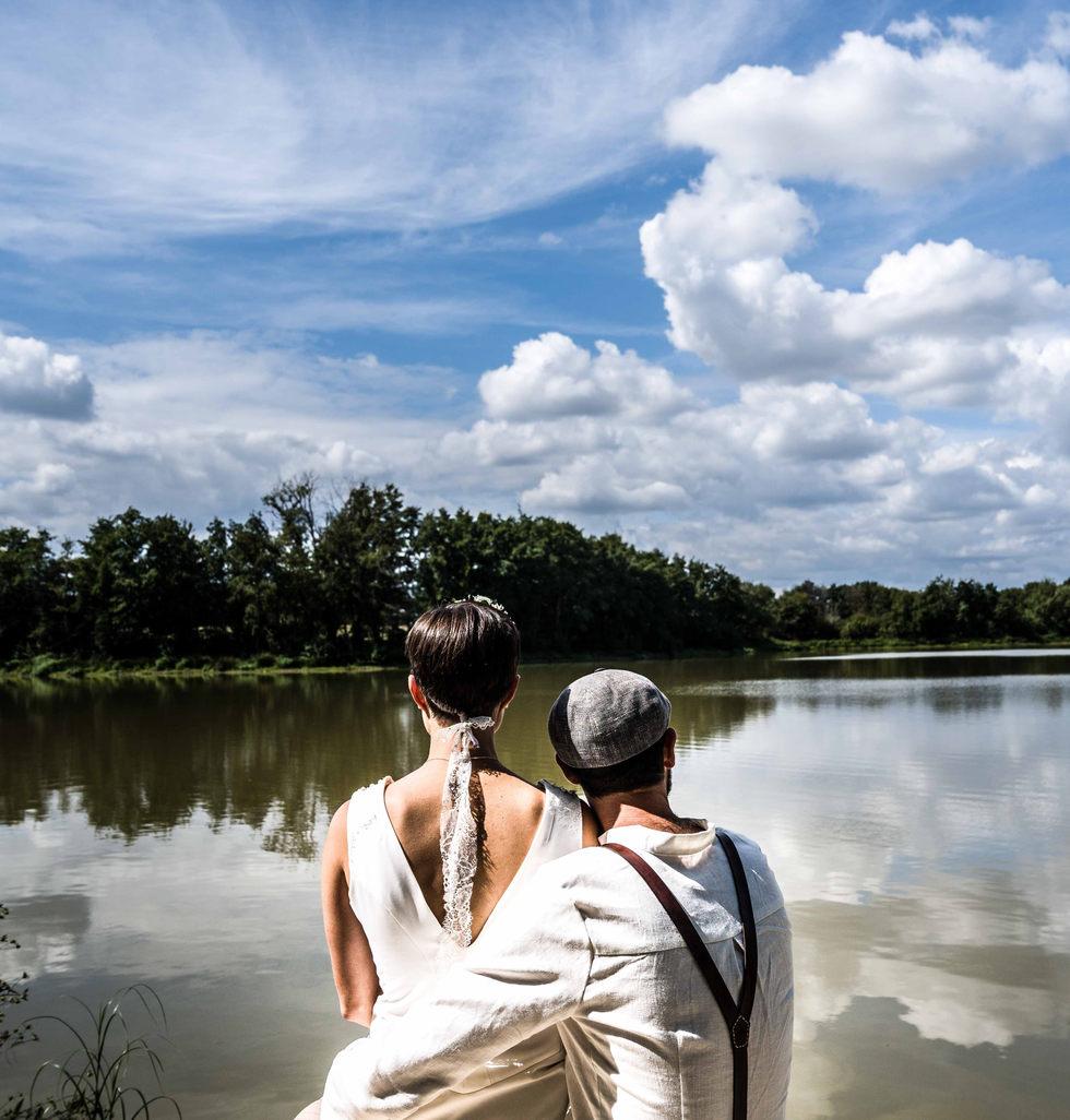 couple mariés devant un étang
