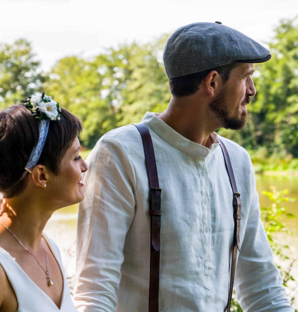 les mariés se balladent devant l'étang