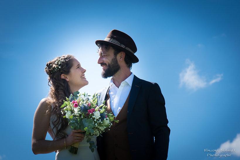 les mariés devant le ciel bleu