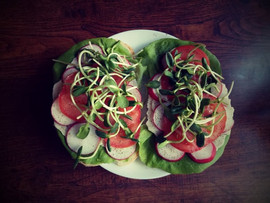 Kanapki z warzywami i kiełkami słonecznika