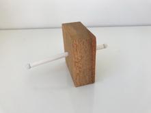 Borracha, alfinete e madeira 7x7x3cm 2018