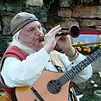 Notre troubadours Freddy Pauwels joue de la musique médiévale sur chalémie