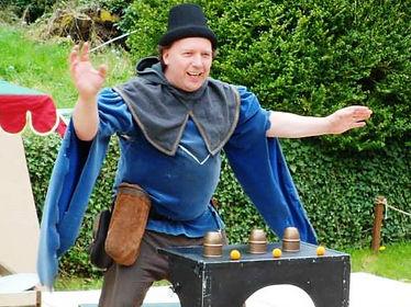 Magicien escamoteur faiseur de tours et joueur de gobelets