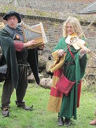 Tommy Stevens Orgue portatif et Ludivine Pauwels vièle à archet musiciens du Moyen Âge