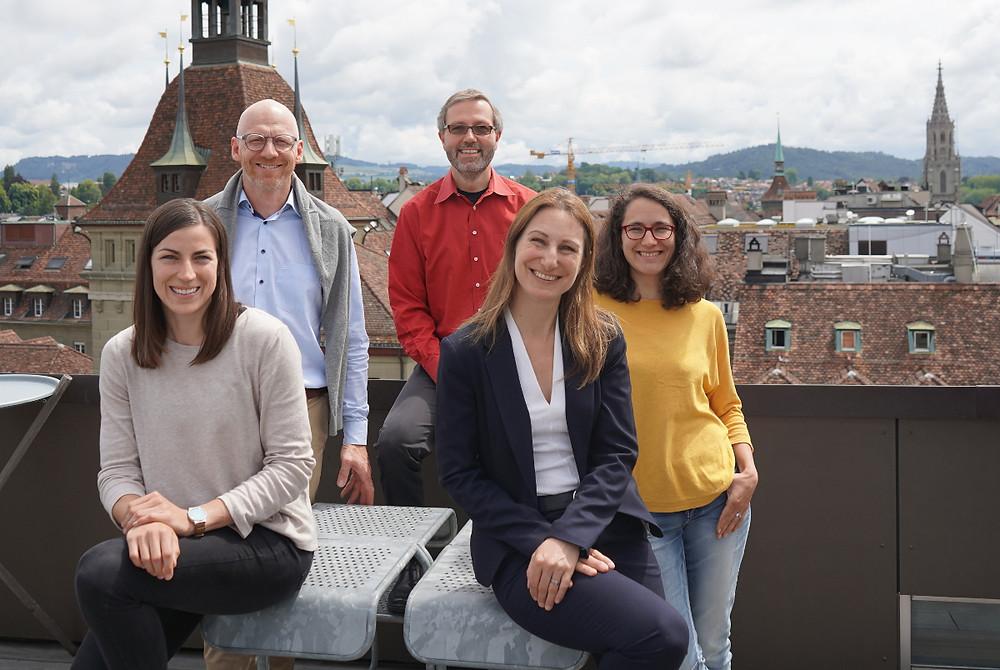 Die neue Geschäftsführung zusammen mit Präsidentin Adèle Thorens und den beiden Vorstandsmitgliedern Sara Engelhard (VSA) und Simon Zysset (WWF) über den Dächern von Bern