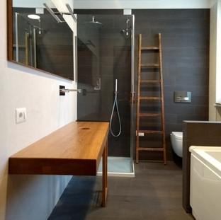 pianale bagno in rovere con specchio e porta salviette