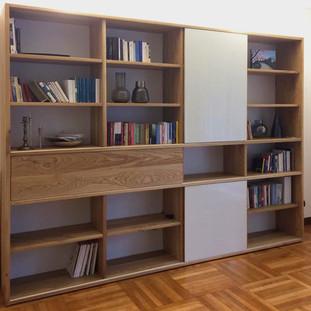 libreria in rovere massello e vetro retrolaccato bianco
