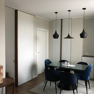 zona living con porta scorrevole - armadio filo muro, madia