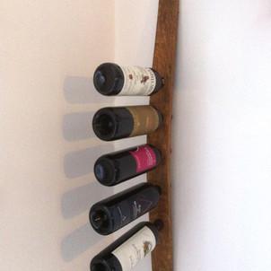 Portabottiglie con asse di una botte di vino