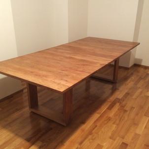 tavolo in ciliegio con gambe in legno