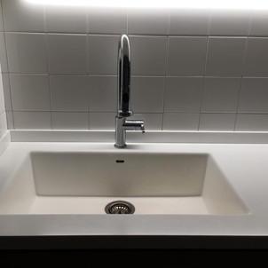 lavello integrato nel piano in corian